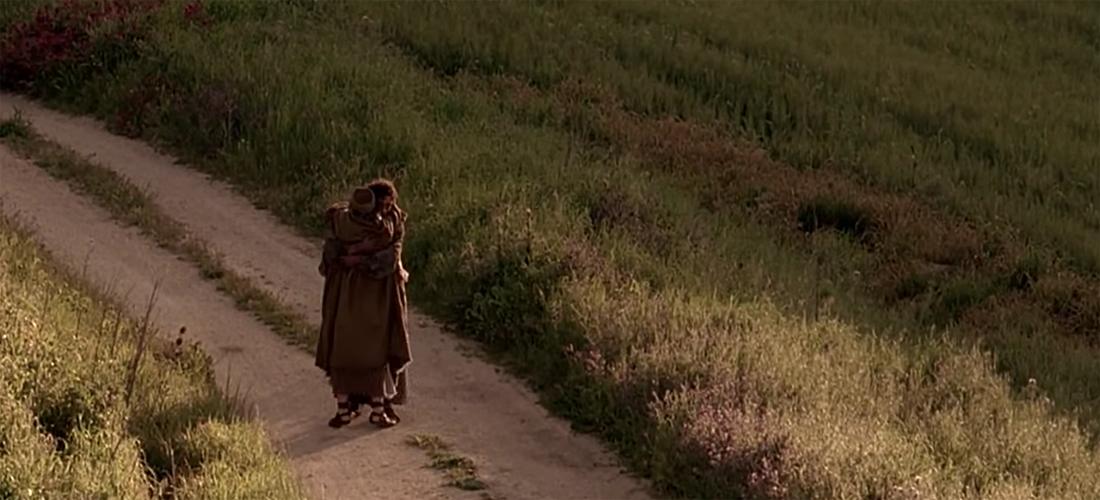 Već izdaleka ugleda ga njegov otac, i sažali se. Potrča mu ususret, pade mu oko vrata i poljubi ga.