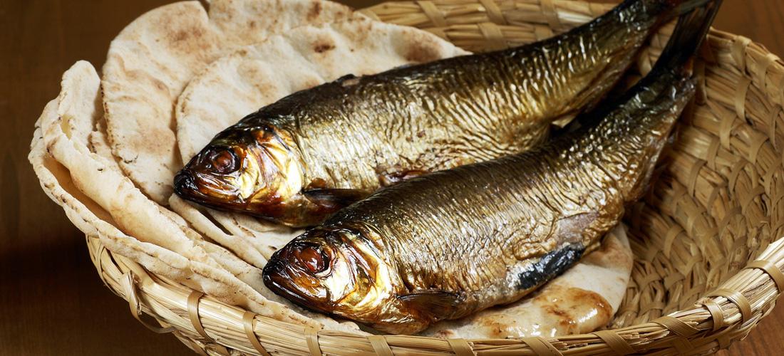 Ovdje je jedan dječak koji ima pet ječmenih kruhova i dvije ribe. Ali što je to za tolike?